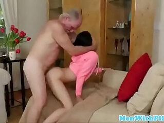 Adolescente de 19 follada por su abuelo
